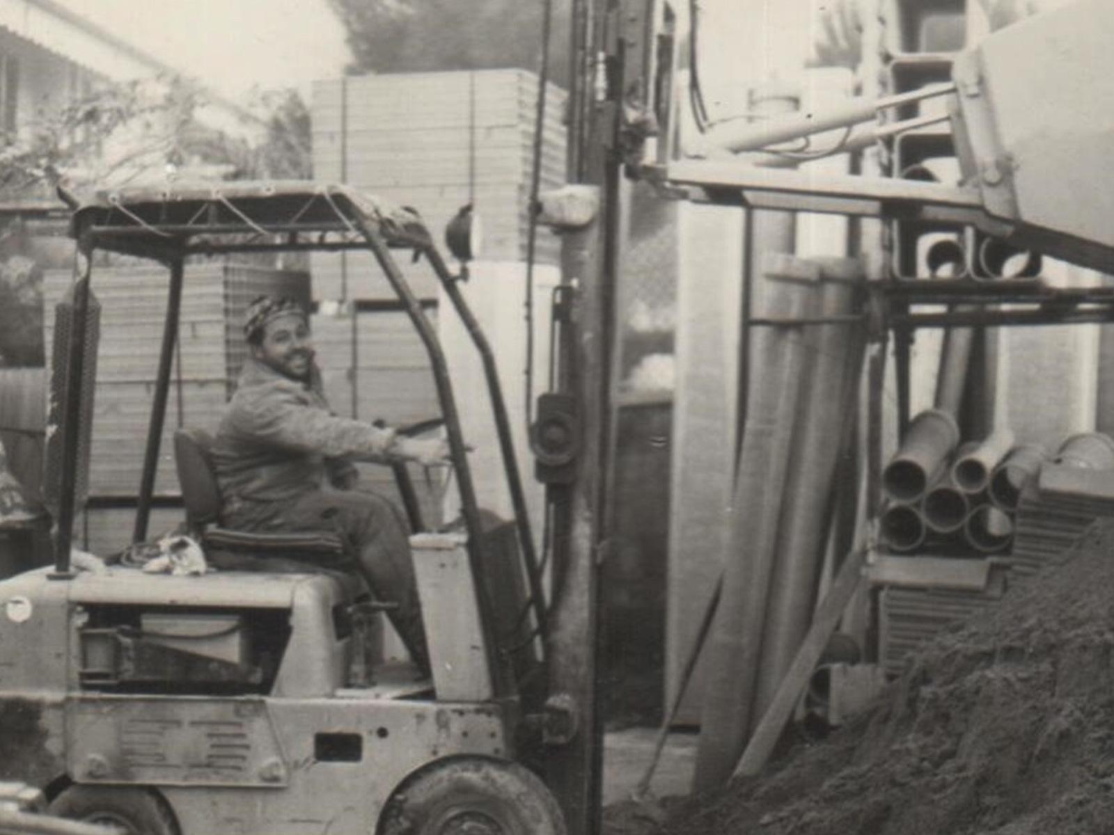 Un giovane Pietro Di Capua durante il lavoro agli albori della Edilmateriali di Lastra a Signa (Fi)